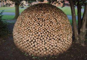 Как сложить круглую поленницу дров?