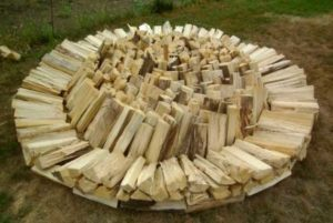 Как нужно складывать круглую поленницу дров