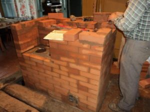 Как проводится обкладка кирпичом железной печи в бане